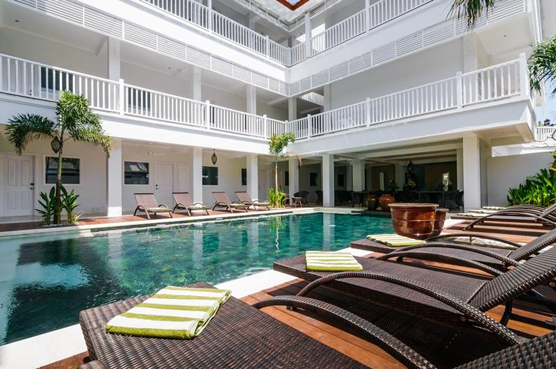 3 - Pool Lounge